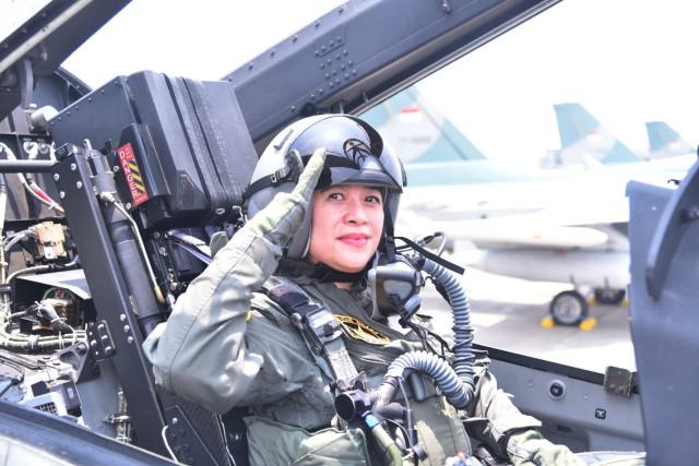Ketua DPR RI Dr. (H.C) Puan Maharani dalam Upacara penyematan Wing Kehormatan Penerbang Kelas I